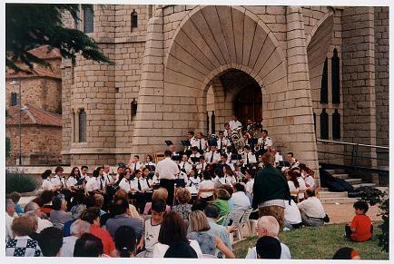 Dirigiendo la Banda Municipal de Música de Astorga en el Palacio de Gaudí Concierto Año Gaudí, julio de 2002