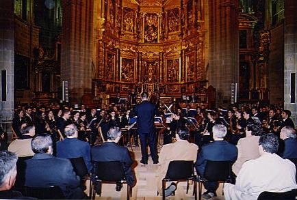 Dirigiendo la Banda Municipal de Música de Astorga en la Catedral de Astorga Concierto Edades del Hombre, febrero de 2001