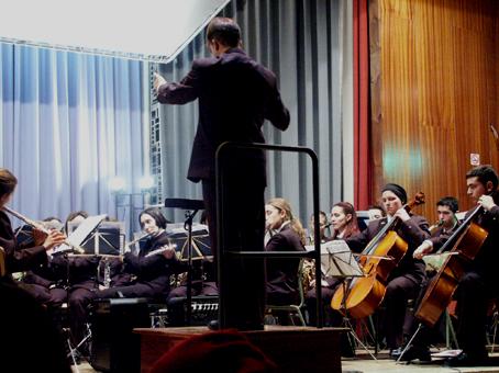 Dirigiendo la Banda Municipal de Música de Astorga, diciembre de 2000