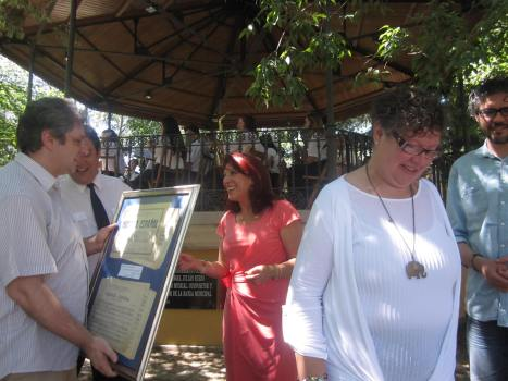 Momento en el la alcaldesa de Astorga entrega recuerdo a la familia (fotografía de Juan José Alonso Perandones), agosto de 2013